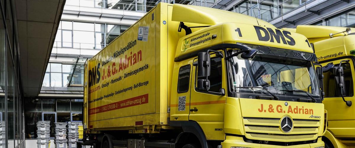 Umzugswagen von Adrian vor der Deutschen Nationalbibliothek Frankfurt